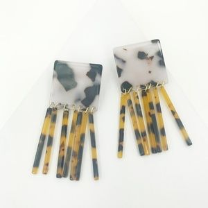 CLOSET REHAB Jewelry - Square Earrings in Black and White Tortoise